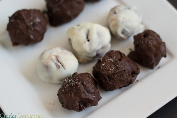 Truffles don't have to be hard to make! These easy salted chocolate truffles are simple to throw together and absolutely delicious (especially when you add some crumbled bacon!)easy-salted-chocolate-truffles