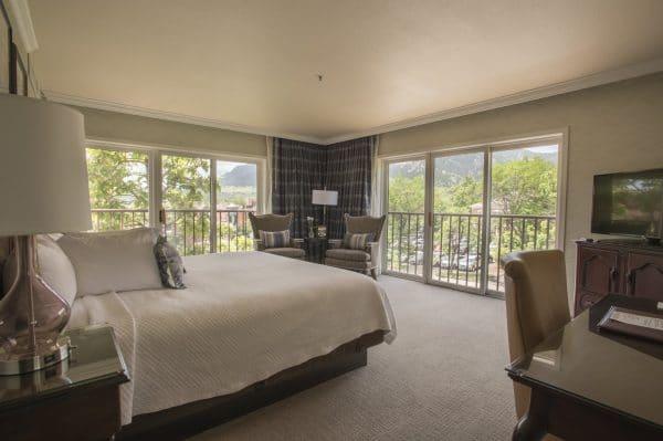modern room at hotel bounlderado
